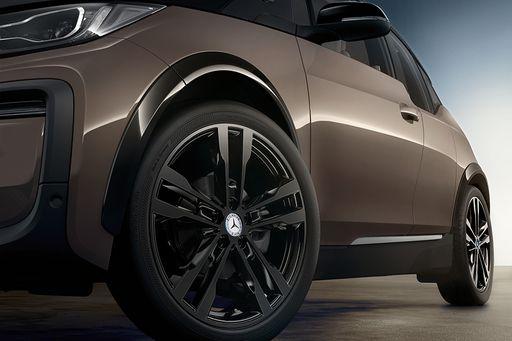 BMW entwickelt gemeinsam mit Mercedes einen BMW i2 auf Basis des BMW i3. Das Elektroauto soll unter 30.000 Euro kosten.  Offenlegung: Das vorliegende Pressefoto wurde manipuliert.
